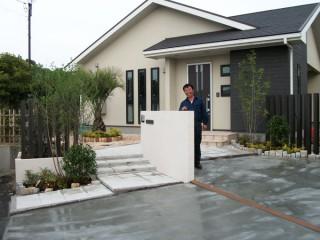 住宅に合う色彩でシンプルな外構工事